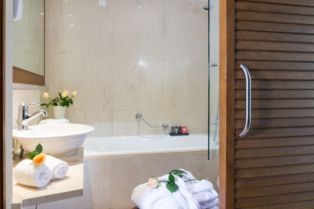 AQUILA ELOUNDA VILLAGE – SUPERIOR DOUBLE ROOM GARDEN SEA VIEW – BATHROOM